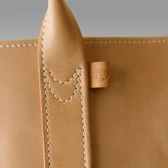 天神ワークス-leather products by leather freaks-like the detailing. Leather Art, Sewing Leather, Leather Gifts, Leather Pouch, Leather Design, Leather Tooling, Leather Handle, Leather Tutorial, Leather Workshop