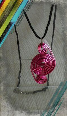 un remolino en alambre plano