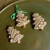 Iced gingerbread cookies Christmas Tree Cookies, Xmas Cookies, Iced Cookies, Christmas Gingerbread, Christmas Desserts, Christmas Treats, Cookies Decorados, Galletas Cookies, Gingerbread Decorations
