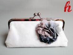 Elegante Hochzeitstasche mit Chiffon-Blüten-Brosche. Das Angebot beinhaltet die Tasche mit Kette und Blüte.   Stellen Sie sich Ihre eigene Farbk...