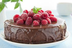 Chocolate and cheesecake? This decadent dessert is simply too mouth-watering to resist. Food Cakes, Köstliche Desserts, Delicious Desserts, Chocolate Raspberry Mousse Cake, Chocolate Cake, Raspberry Cake, Chocolate Chips, Raspberry Cheesecake, Vegan Chocolate