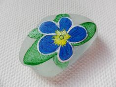 Blue primrose - Acrylic miniature painting on English sea glass. Measurements included in the photos. I also paint to order, please contact me with any requests :-)