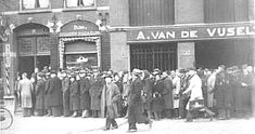 1941. Opposite the Spieghelschool in the Helmerstraat in Amsterdam-West smokers are waiting in line for sigarette distribution coupons. #amsterdam #1941 #Helmerstraat