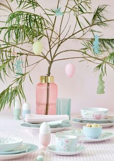This perfect Easter Egg tree deserves a prominent spot in our living room; simple and delicate Easter decoration 💚 Easter Table, Easter Eggs, Quality Hotel, Easter Traditions, Interior Design Companies, Spring Summer 2018, Color Inspiration, Gates, Glass Vase