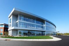 Cincinnati Children's has established a recognizable exterior design, including the sweeping glass curve of the front façade, the cantilevered canopies that highlight public entrances, and the stairwells on either end supporting the CCHMC logo. Photo: William Manning Photography/William Manning.