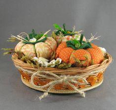 Cestinha com abóboras e flores de fuxico e detalhes de biscuit. R$ 32,00