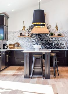 10 Impressive Tips and Tricks: Beadboard Backsplash Family Homes farmhouse backsplash paint colors.Tin Backsplash Home Decor beadboard backsplash over tile.Beadboard Backsplash Over Tile. Küchen Design, Tile Design, Design Ideas, Design Trends, Design Inspiration, Modern Kitchen Design, Interior Design Kitchen, Diy Kitchen, Kitchen Decor