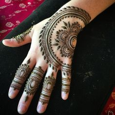 Looks like this motif is back for the summer! Yay! #henna #heartfirehenna #hands…