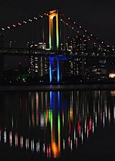 五輪決定を記念して東京湾が色鮮やかに