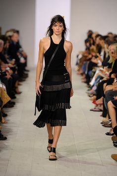 While there's only one Kendall, each designer gives her a very different style of makeover! Here is every version of Kendall Jenner in SS 2016 runway shows: Runway Fashion Looks, High Fashion Looks, Fashion Week, Women's Fashion, Kendall Jenner Runway, Kendall Jenner Style, Kylie Jenner, Haute Couture Paris, Toni Garrn