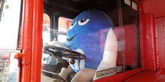 Blasert sjåfør av dobbeltdekker i m&m world, London