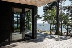 Modern cottage in the archipelago Villa Interior, Black House Exterior, Summer Cabins, Cheap Rustic Decor, Weekend House, Modern Cottage, Scandinavian Home, Cabins In The Woods, Architecture