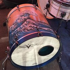 I LOVE this bass drum (and the rest of the blonde/blue fade kit) from @vesseldrumco. In all the drumming world this is one of my favorite builds. Well this and another nautical kit made by a collaboration between @lovecustomdrums @bcburnings and @lowboybeaters . I've shared that build too - look for pirates and treasure maps. This build be Vessel Drum Co though - man the two would look killer side by side in my drum studio. Tag a friend who needs this bass drum in their life. Go follow…