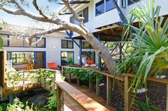Ganze Unterkunft in Sunshine Beach, AU. Peaceful, self-contained, private guesthouse in AWARD WINNING Bluepoles property in most coveted street of Sunshine Beach. less than 50 metres to the desirable, picture- perfect north end of Sunshine Beach and National Park entrance. 3 minutes to ...