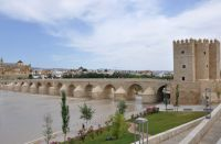 El Puente Romano junto con la Mezquita, Catedral de Córdoba, el río y la Puerta del Puente conforman una de las vistas más distinguidas de la ciudad sobre todo si se contemplo a la hora del atardecer.