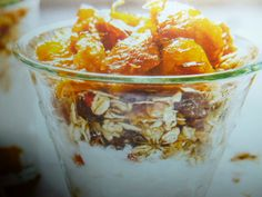 yogurt magro - con muesli e arance