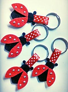Vilten lieveheersbeestjes sleutelhangers Ladybug Crafts, Ladybug Party, Felt Diy, Felt Crafts, Crafts To Sell, Diy And Crafts, Diy For Kids, Crafts For Kids, Felt Wreath