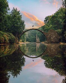 Mystical bridge in the nature 🍃 Rakotzbrücke, Germany. Lake Retba, Lake Hillier, Places To Travel, Places To Visit, Nature Photography, Travel Photography, Canon Photography, Germany Photography, Reflection Photography