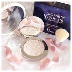 There's a new post on my blog about this beaut Dior Highlighter from the Glowing Gardens Spring collection! The link is in my bio ✨✨✨