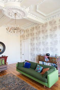Обои в английском стиле: характерные черты оформления и обзор лучших цветовых сочетаний http://happymodern.ru/oboi-v-anglijskom-stile/ Самобытный интерьер гостиной комнаты в Шотландии. Неброские пастельные обои с растительным орнаментом дополнены гипсовым молдингом. Традиционные деревянные атрибуты так же присутствуют в интерьере Смотри больше http://happymodern.ru/oboi-v-anglijskom-stile/