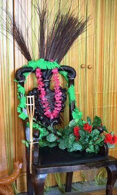 Einen alten Armlehnen Stuhl kann man perfekt zu einem Tiki-Thron umwandeln. Wreaths, Halloween, Home Decor, Armchairs, Chair, Decoration Home, Door Wreaths, Room Decor, Deco Mesh Wreaths