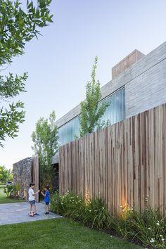 Rustic Loft, Minimalist House Design, Exterior Siding, Villa Design, House Entrance, Fence Design, Residential Architecture, Architecture Details, Landscape Design