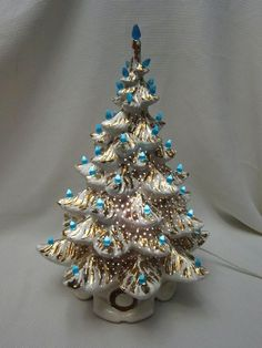 45 Easy DIY Dollar Store Christmas Decorations for Decorating on a Budget - The Trending House Christmas Tree Decorating Tips, Types Of Christmas Trees, Retro Christmas Decorations, Wooden Christmas Trees, Christmas Gifts For Women, Vintage Decorations, Christmas Clock, Christmas Mantels, White Christmas