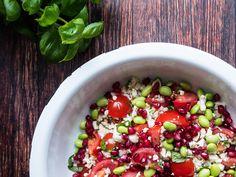 Tomatsalat? Få opskriften på den bedste tomatsalat med basilikum, blomkål, edamamebønner og granatæblekerner - og 50 andre sunde salater.