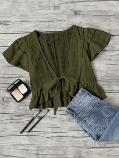 Shop Plunging V-neckline Knot Frill Hem Dip Hem Top online. SheIn offers Plunging V-neckline Knot Frill Hem Dip Hem Top & more to fit your fashionable needs. Look Fashion, Fashion Outfits, Womens Fashion, Fashion Ideas, Fashion Trends, Spring Summer Fashion, Spring Outfits, Diy Vetement, Mode Boho