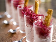 Ham mousse with red beet shoots Shot Glass Appetizers, Finger Food Appetizers, Finger Foods, Tapas, Appetizer Buffet, Mousse, Summer Desserts, Party Snacks, Party