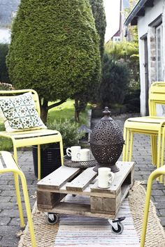 Sillas apilables para terraza、via bolig pluss. patio styling idea.
