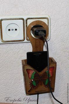 Купить или заказать Варианты Держатель для зарядки телефона Butterfly в интернет-магазине на Ярмарке Мастеров. Эта милая вещица станет уютным домиком для Вашего телефона.Теперь при зарядке телефона не нужно искать стол,чтобы его там положить.Просто вставляете в розетку зарядное устройство вместе с держателем)) Работа выполнена в технике декупаж,на боковинках выполнен рельеф.Многократное глянцевое покрытие.Прекрасно впишется в любой интерьер. Оригинальный подарок на любой случай.