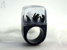 Zombie - escalofriante no-muertos anillo con tres manos negras y la niebla en un anillo negro en resina del molde de GeschmeideUnterTeck en Etsy https://www.etsy.com/es/listing/251591669/zombie-escalofriante-no-muertos-anillo