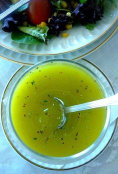 MOLHO LIMONETE 150ml de Azeite extra-virgem sumo de 1 limão 1 colher de chá de mostarda Dijon 1 colher de chá de orégano seco 1 colher de chá de salsa seca 1 colher de chá de manjericão seco Sal fino a gosto