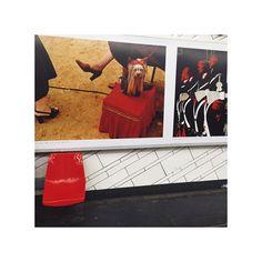 〽️étro #metro #métro #paris #parismetro #subway #parissubway #france #parisian #chair #red #art #expo #exposition #exhibition #dog