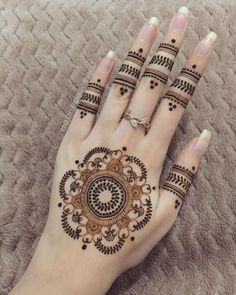 Are you looking for some simple and awe-inspiring Mehndi Designs? Take inspiration from these beautiful and easy to recreate Mehandi designs from our awesome collection. Pretty Henna Designs, Henna Designs Feet, Finger Henna Designs, Stylish Mehndi Designs, Mehndi Designs 2018, Mehndi Design Photos, Mehndi Designs For Fingers, Beautiful Mehndi Design, Simple Mehndi Designs