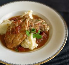Mama's chicken casserole in tomato sauce with mashed potatoes, so delicious and filling, reminding us the warmth and coziness of our beloved home. Quick Pasta Sauce, Full Fat Milk, Potato Mashers, Chicken Casserole, Greek Recipes, Tomato Sauce, Mashed Potatoes, Stuffed Peppers, Meat