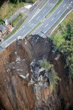 <熊本地震>現場より 阿蘇が孤立状態  阿蘇神社ぺしゃんこ 「ショックだ」
