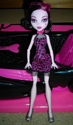 Draculaura with her car