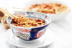 Une recette de nouilles chinoises aux légumes et poulet au miel pour un dépaysement garanti !