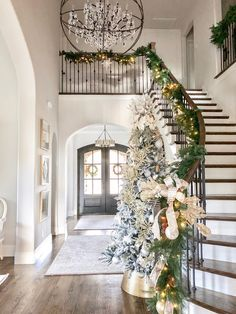 12 Classic Christmas Home Decor That You Will Love 018 Pink Christmas Tree, Christmas Home, Christmas Tree Decorations, Christmas Staircase, Christmas Clothes, House Decorations, Foyer Decorating, Decorating Your Home, Interior Decorating