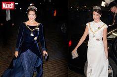 La première avait choisi une robe bleu nuit, la seconde du blanc. Aux côtés de leurs époux en grand uniforme, les princesses Mary et Marie, les deux b...