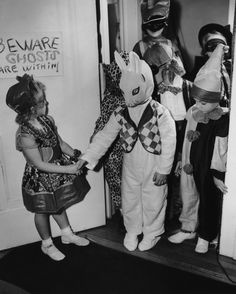 You know that kid in the bunny mask just stood in a corner of this Halloween party and breathed heavily. 16 Kids Of The Past Doing Halloween Better Than You 1950s Halloween, Vintage Halloween Photos, Halloween Pictures, Halloween Kids, Halloween Party, Halloween Stuff, Halloween Makeup, Happy Halloween, Most Popular Halloween Costumes