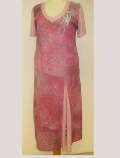 Šaty+Šaty+jsou+ušity+z+jemně+batikované+bavlny+a+bavlněného+úpletu.+Jsou+zdobeny+ruční+kresbou+v+horní+části+a+v+šitém+klínku+na+přední+části+šatů.+Mají+snížený+pas.+v+horní+části+mají+princesový+střih.+Po+bocích+je+všitý+jemný+bavlněný+úplet,+který+zaručí+pružnost+a+pohodlí+při+nošení.Na+předním+díle+je+v+dolní+části+všitá+bavlněná+krajka.+... Shirt Dress, T Shirt, Dresses, Fashion, Supreme T Shirt, Vestidos, Moda, Shirtdress, Tee Shirt