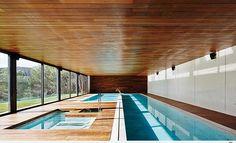 Moderne Einrichtungsideen für Ferienhaus mit Innenpool