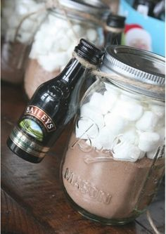 DIY Snowman Jars For Christmas Gifts Snowman made from a baby food jar. The top jar is filled with marshmallows. The middle jar is filled with hot chocolate mix. The bottom jar is filled with mints-- I need to remember this for Christmas gifts! Pot Mason Diy, Mason Jar Gifts, Mason Jars, Gift Jars, Pots Mason, Diy Gifts In A Jar, Diy Gifts For Men, Hot Chocolate Baileys, Chocolate Mix