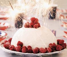 Ett enkelt recept på festlig glassbomb. Du gör den charmiga tårtan av vaniljglass, hallonsorbet, kolasås och hallon. Passar perfekt att servera som efterrätt på kalas! Pancake Dessert, Swedish Traditions, New Years Eve, Holiday Recipes, Tartan, Raspberry, Frozen, Sweets, Lime