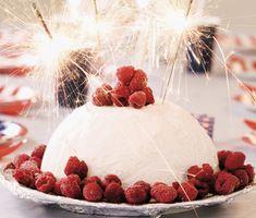 Ett enkelt recept på festlig glassbomb. Du gör den charmiga tårtan av vaniljglass, hallonsorbet, kolasås och hallon. Passar perfekt att servera som efterrätt på kalas!