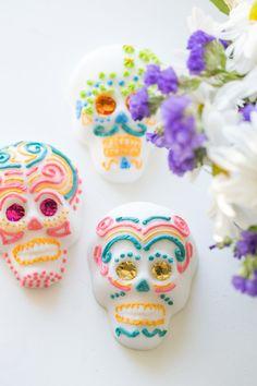 How to make mexican sugar skulls for the Day of the Dead altar   Como hacer calaveritas de azúcar para el altar del Dia de los Muertos