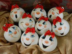 Resultado de imagem para Cute Snowman Faces to Paint Painted Christmas Ornaments, Hand Painted Ornaments, Noel Christmas, Diy Christmas Ornaments, Christmas Projects, Holiday Crafts, Christmas Decorations, Snowman Ornaments, Snowmen